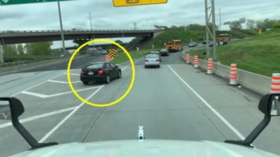 Un automobiliste pensait pouvoir doubler tout le monde en roulant sur zébra mais c'était sans compter la police
