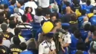 Un homme utilise son fils pour frapper un supporter de baseball