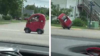 Il renverse sa mini voiture tout seul en montant sur un trottoir