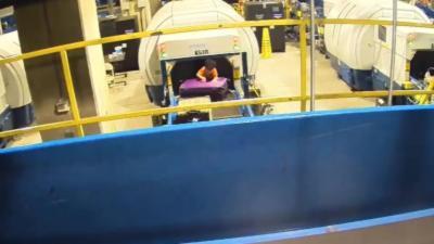 Un enfant de 2 ans se fait emporter sur le tapis roulant des bagages