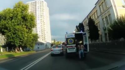 Un homme s'échappe d'une ambulance en route pour l'hôpital