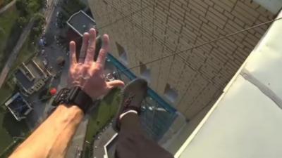Un freerunner rate son saut et se retrouve dans le vide suspendu à des fils électriques
