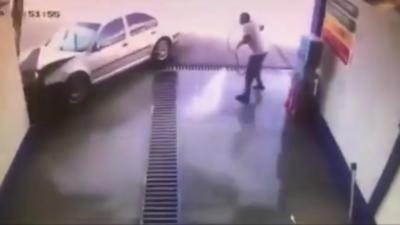 Un homme voit sa vie défiler dans une station de lavage