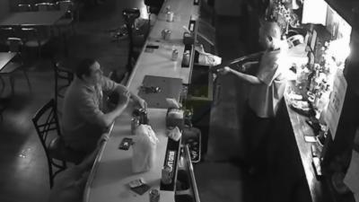 Un client super zen pendant un braquage à main armé dans un bar