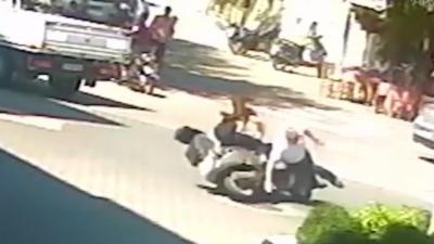 Une femme en scooter percute deux fois le même piéton