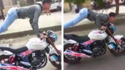 Il s'amuse à faire des pompes tout en roulant sur sa moto jusqu'à ce que...