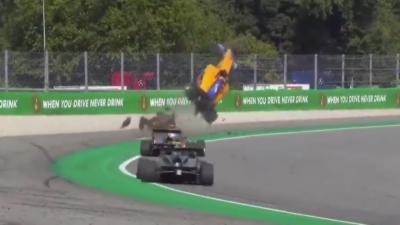 Le pilote Alex Peroni fait littéralement décoller sa monoplace dans les airs