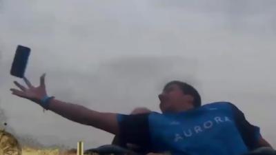 Il attrape un iPhone X volant dans des montagnes russes