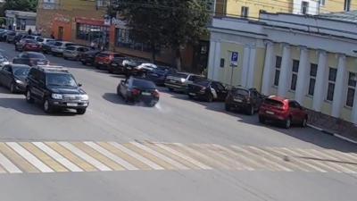 Un idiot en BMW tape un gros drift sur une ligne droite et s'encastre dans des voitures