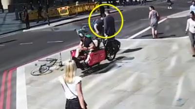 Un cycliste grille un feu rouge et met un coup de boule à un piéton