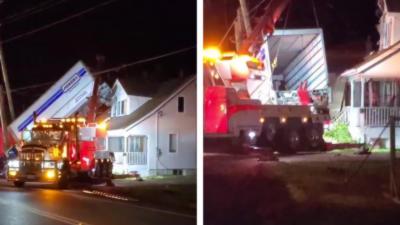 Un camion roule dans un fossé, décolle et atterrit sur le toit d'une maison