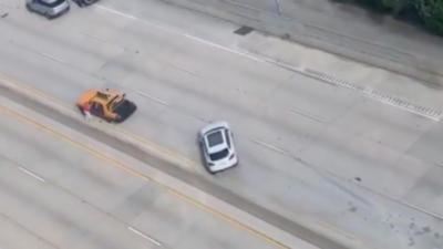 Une voiture glisse et met des gros coups de volant pour éviter de percuter une voiture