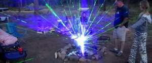 Des rayons laser dans un feu de camp