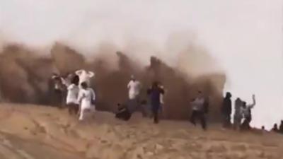 Un idiot asperge tout le monde de sable en driftant sur les dunes