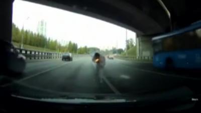 Après un road rage il veut aller se battre et se prend un tir de pistolet de détresse