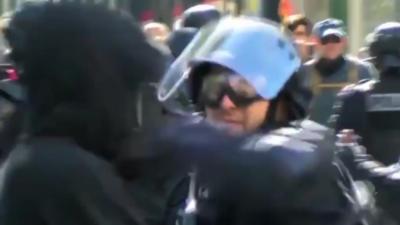 Un policier met une grosse droite à un manifestant qui touche à son LBD40