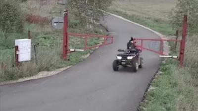 Une maman en quad percute une barrière avec ses deux enfants