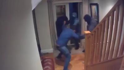 Un homme repousse 3 cambrioleurs qui s'introduisent chez lui