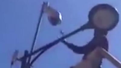 Des dealers utilisent un élévateur pour casser une caméra qui filme leur point de vente