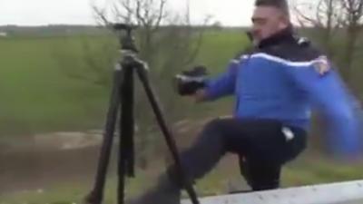 Un gendarme nous montre comment faire pour positionner correctement un radar mobile