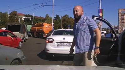 Après un road rage il sort de sa voiture avec une cravache de bondage
