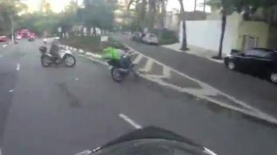Une course-poursuite intense entre des policiers et un voleur à moto dans les rues de São Paulo