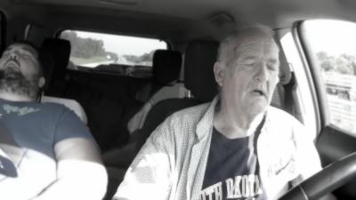 Un papy s'endort au volant alors qu'il est sur l'autoroute