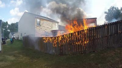 Un motard se transforme en pompier en passant devant une maison en feu