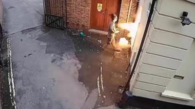 Un pyromane et suprémaciste blanc se prend un retour de flamme en incendiant une synagogue