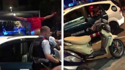 Un homme brise la fenêtre d'une voiture de police pour essayer de leur échapper