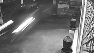 Une femme qui nettoie la route se fait frôler par une voiture qui roule à toute vitesse sur le trottoir