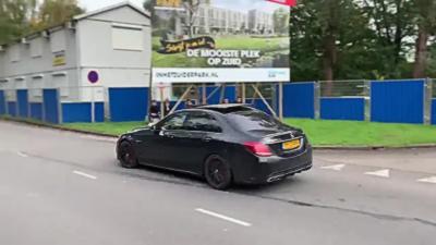 Il tente d'impressionner tout le monde avec sa Mercedes C63S AMG et se plante dans un arbre