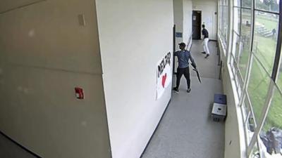 Un professeur de sport désarme un élève avec un fusil à pompe dans un lycée