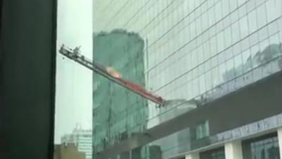 Après une grosse rafale de vent un laveur de vitres se retrouve suspendu à sa plateforme