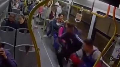 Les passagers d'un bus se mobilisent pour désarmer trois braqueurs