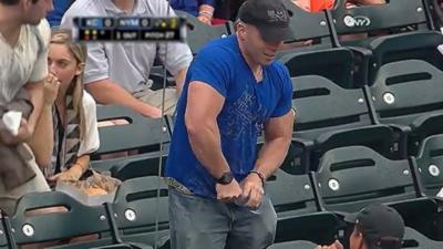 Mr Muscle n'arrive pas à ouvrir une bouteille d'eau