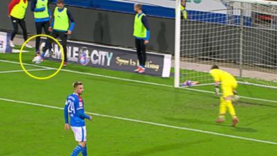 Un remplaçant hors du terrain provoque un penalty contre son équipe