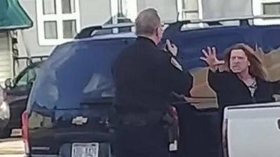 Une femme utilise le côté obscur de la Force pour repousser un policier