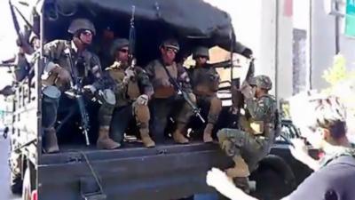Un camion qui transporte des militaires accélère trop fort