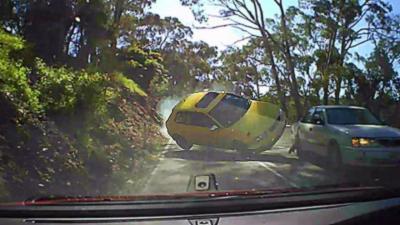 Un chauffard double sans visibilité et provoque une violente collision frontale