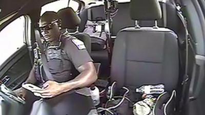 Un policier conduit en écrivant des SMS et se fait percuter