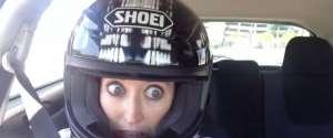 Une fille vraiment pas rassurée pendant une course automobile