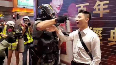 Un policier aveugle un manifestant avec du gaz envoyé à quelques centimètres