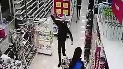 Il braque un supermarché mais les vendeuses n'en ont absolument rien à faire
