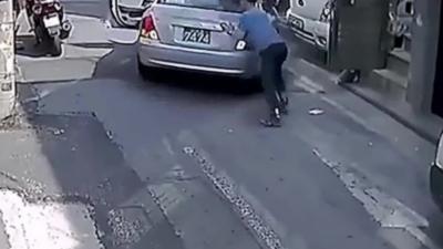 Il vient aider un homme qui a oublié de mettre le frein à main mais empire la situation