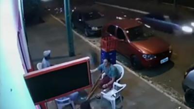 Un homme se fait percuter par une roue de voiture alors qu'il est au bar