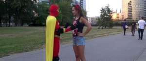 Boobsman : Le super-héro qui touche les seins d'inconnues dans la rue