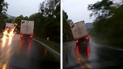 Les freins d'un camion lâchent en pleine descente sur une route mouillée
