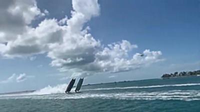 Deux bateaux de course se retournent exactement en même temps