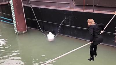 Une élue porte secours à un homme en état d'hypothermie en traversant sur une corde